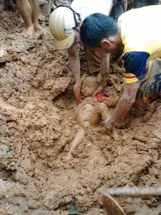 em bé bị vùi trong bùn, em bé 5 tuổi bị vùi trong bùn lũ