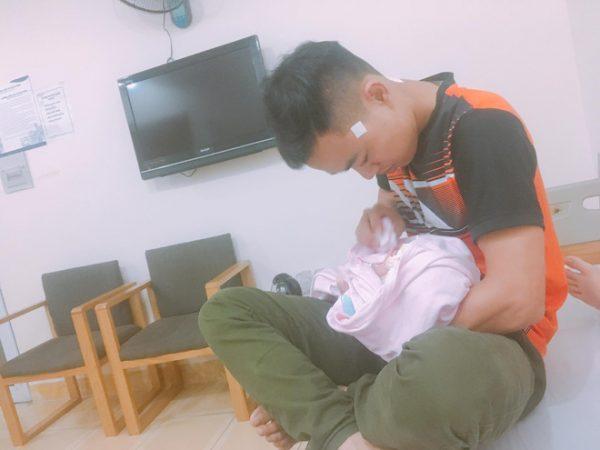 Chồng Chị Quyên chăm sóc con