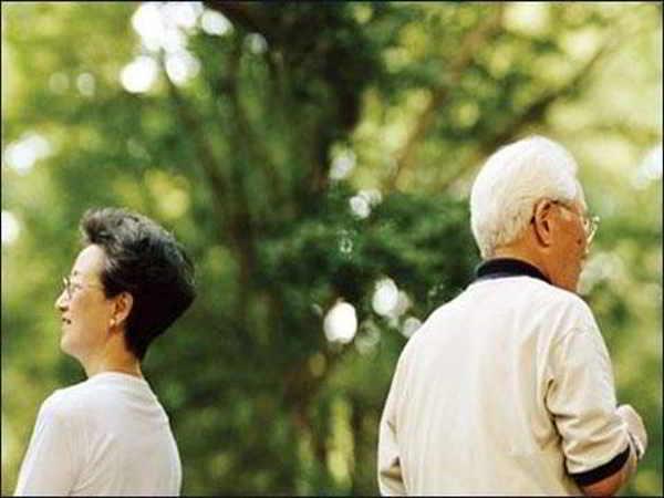Người chồng chung chăn gối 25 năm có hành vi khiến tôi muốn ly hôn ngay lập tức