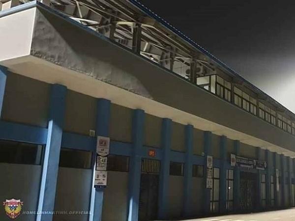 Bóng đá Việt Nam tối 24/3: Sân Hà Tĩnh đã có dàn đèn chiếu sáng